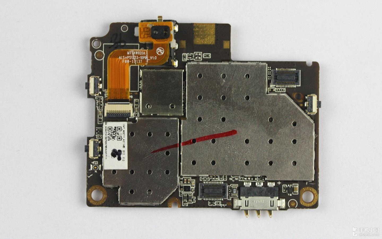 手机1S采用三星内置存储芯片,容量为16GB。  MT6320GA:联发科电源管理芯片,可以动态为处理器平台分配电压,并且在充电的同时提供电流管理和保护。  图中为联发科MT6167A中频射频收发器,它控制着手机整个信号的接受与发射。  Skyworks(美国思佳讯公司)研发的77590-11射频信号功率放大芯片。  下面我们来看看小主板的拆卸,小主板与屏幕面板是通过一层黑色胶带粘接在一起,因此在断开主板连接线后,只要稍微用力拉扯,就可将其取出。  下面我们来看看小主板的拆卸,小主板与屏幕面板是通过一层黑