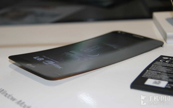 独特的曲面弧线设计_LG G Flex第2张图