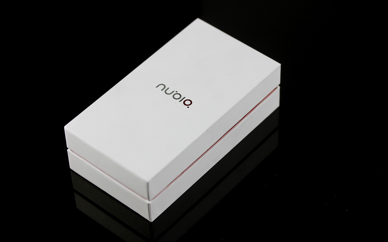 z5sn同样采用极简主义包装盒,通体为白色,正面是非常醒目的nubia品牌