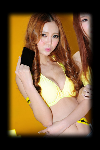 美女爱手机 手机展性感模特泳装内衣秀