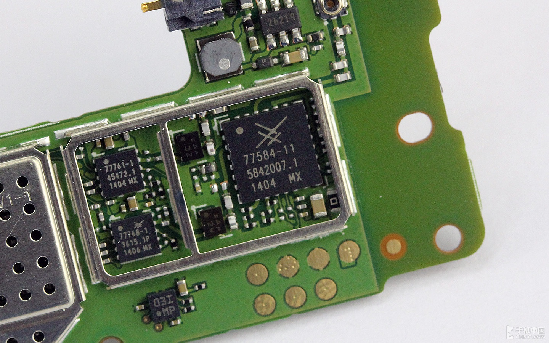 7584-11功率放大器芯片,旁边两个小的芯片同样是功率放大器芯片