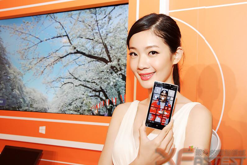 炫彩WP 8.1 Lumia930上市 性感模特展示
