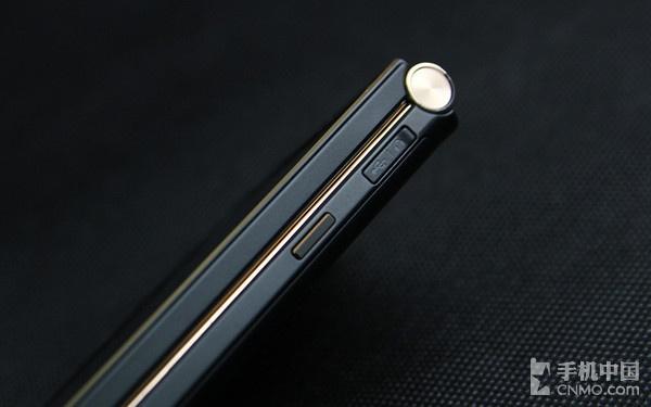 金立天鉴W900机身右侧细节   另外, 金立天鉴W900的机身左右两侧依然放置了音量控制键和锁屏键,按键做工考究,手感舒适。需要指出的是,与普通的智能手机不同,它的开/关机键位于键盘之上,而非机身右侧的锁屏键。此外, 这款手机同样采用耳机/数据接口双合一设计,并配备有保护盖,如上图所示,而并未配备3.