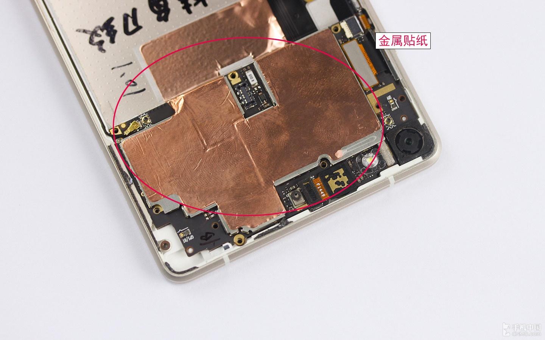 拆除主板前,需要将该贴纸轻轻撕去.-超薄手机是怎样炼成的 金立S