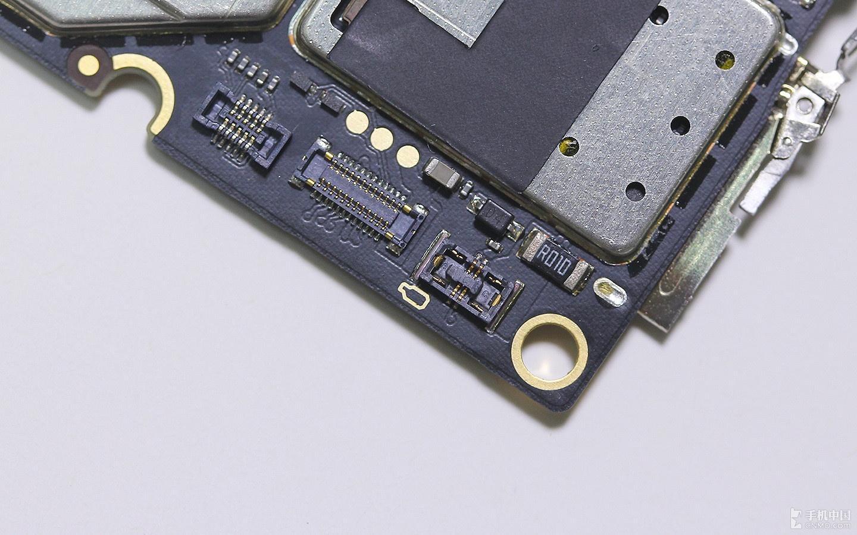 掀开大主板背面的金属屏蔽罩,可以看到青葱metal的射频芯片采用