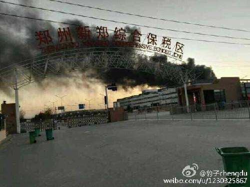 火灾发生地点为新郑富士康02区,火灾发生后消防人员赶到现场并将图片