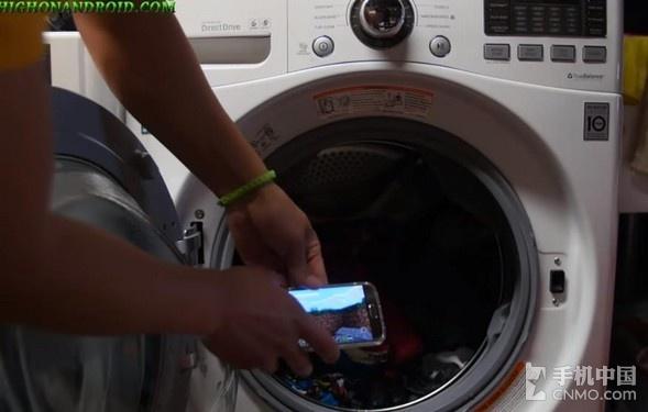 三星s7暴力防水测试:不惧滚筒洗衣机!