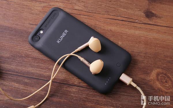 小编先测试了苹果原装的EarPods和第三方的小鸟Lightning接口耳机。   首次插入时,酷壳指示灯会闪烁4次,重新拔插一下酷壳,进行耳机适配。适配后两款耳机都能正常听歌,原版线控功能、通话功能依旧可用,并且被正确识别为耳机设备。   这时候如果打开酷壳,就可以边充电边听歌了。