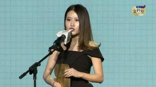 办公室小野获得最佳女主角,并发表讲话
