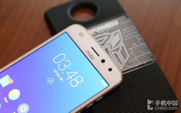 Moto Z2 Play前置双色温闪光灯