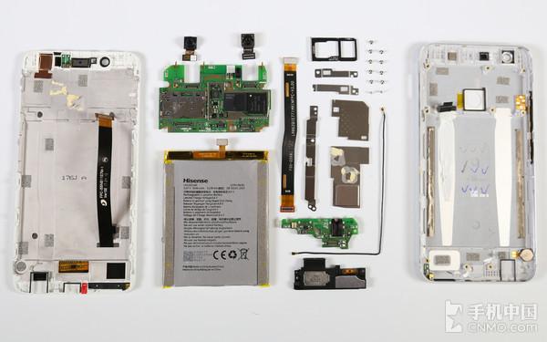 海信手机H10拆机   通过拆机我们能够看到,海信手机H10的内部结构并不是很复杂,这样的结构便于维修,能降低很多的维修成本。整体来看做工也是很不错的,在排线的连接处都有压片固定,芯片部分也都有屏蔽罩保护,总的来说海信手机H10的做工是比较扎实的。 版权所有,未经许可不得转载