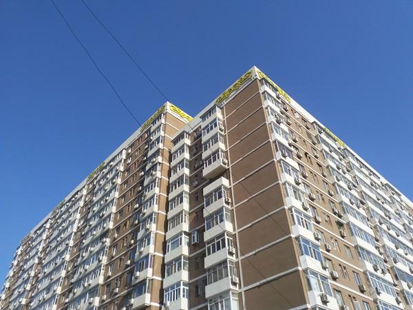 蓝天下的住宅楼,色彩还原准确
