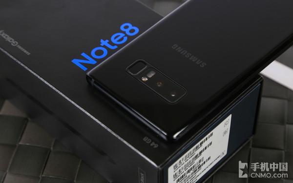 三星Note8 当然,三星Note8与s8+的区别不单体现在屏幕大小上,在设计语言方面也与S8+有些许不同。三星Note8的造型偏方正,四个R角相比S8+也锐利了不少,这也符合三星Note系列一贯的定位。侧面金属部分,Note8并没有像S8一样将玻璃与金属做到弧度一体,而是将金属部分略微突出,形成独特的腰线设计,配合上下两侧弧度相同的玻璃,视觉上没有割裂感,还能使整机外形显得更加硬朗。