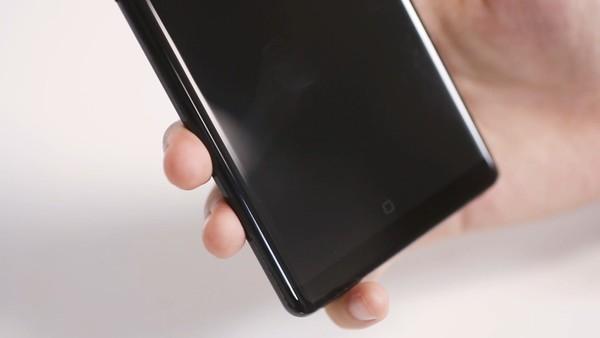 有人习惯将小指抵在手机底部
