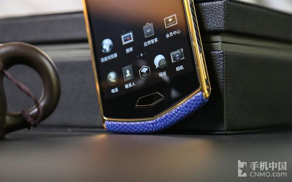 8848钛金手机M4手机采用指纹解锁设计