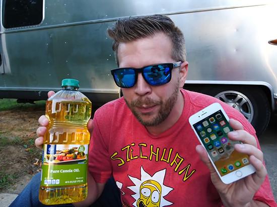 """挑战电池膨胀极限 """"油炸iPhone 8""""很酸爽"""
