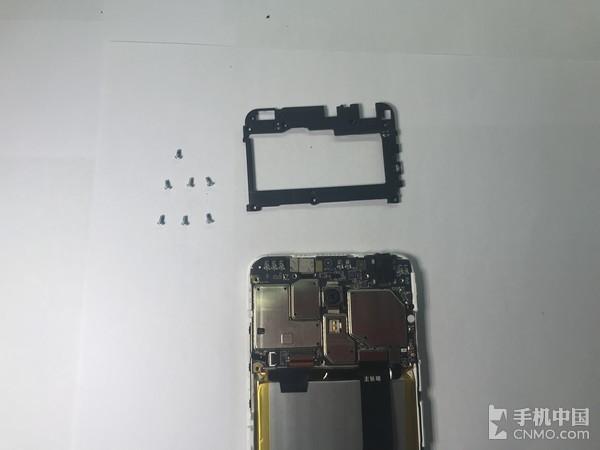 魅蓝6的主板罩共用七颗螺丝固定