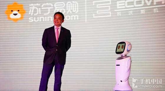 """苏宁易购总裁侯恩龙与智能机器人""""旺宝""""互动"""