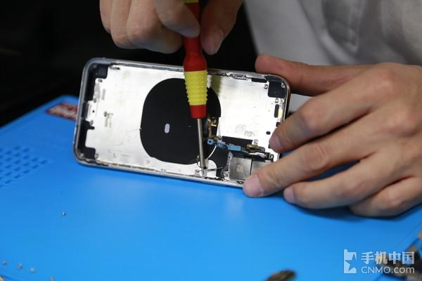 拆除iPhone X无线充电线圈
