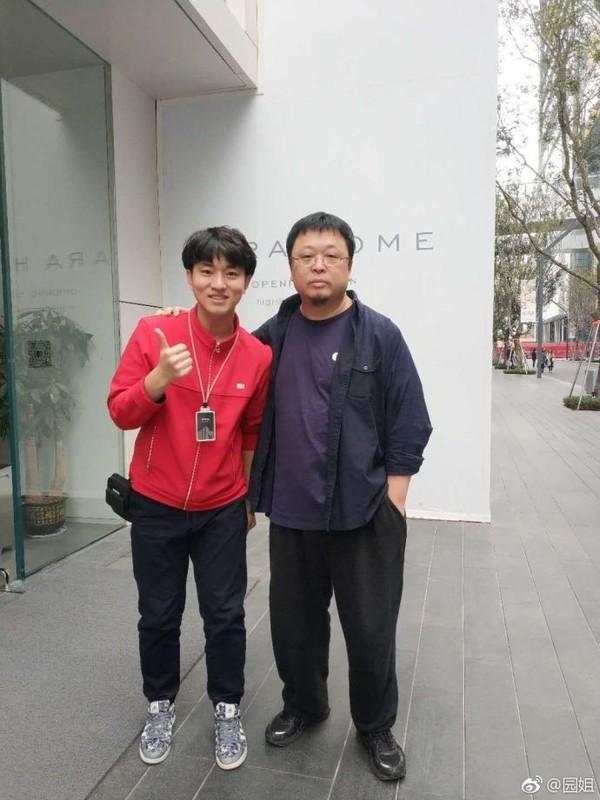 罗永浩与店员合影