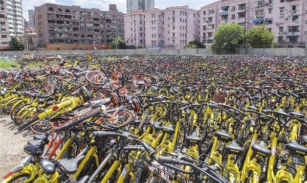 堆积如山的废弃共享单车(图片来自网络)
