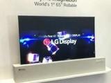 LG展示全球首款柔性屏电视 能自动卷起来