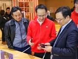 王传福参观小米之家 难道要帮小米造车?