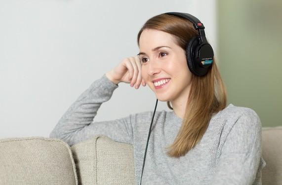 喜欢听音乐的朋友喜笑颜开
