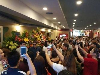 菲律宾首家小米授权店开业 现场堪比春运
