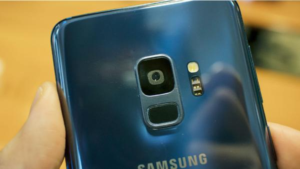 三星Galaxy S9手机的指纹传感器位于手机背面摄像头下方,触摸识别更加便捷