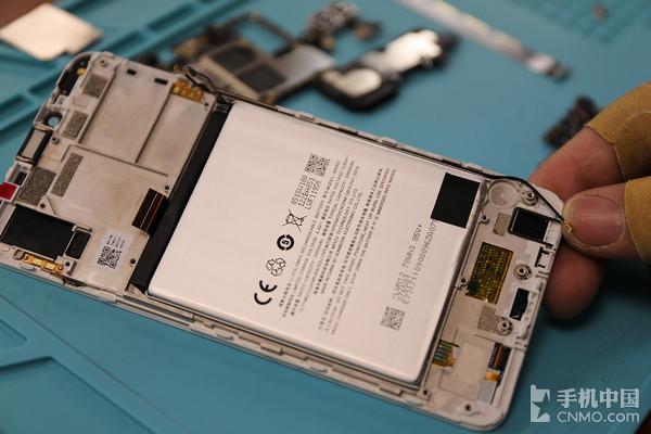 魅蓝E3采用3340mAh电池