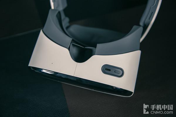 Pico Neo基础版   Pico Neo头显正面黑色部分安置了一对摄像头,主要用来进行6Dof头盔定位追踪。正面的上半部分的白色布纹下设计了散热孔,上方中央的小圆点为超声波装置。下方配备了电源按键和USB Type-C充电接口,头显左方配有一个3.5mm耳机插孔和音量加减按键,整体操作起来并没有太高的学习成本。机体右方配有返回、确认、Home按键和扬声器。保证用户即使没有手柄的情况下,也可以通过头显进行区域校准等功能,整体设计比较人性化。另外,在头显内部揭下海绵还配有一个SD卡槽,更大限度地满足了用