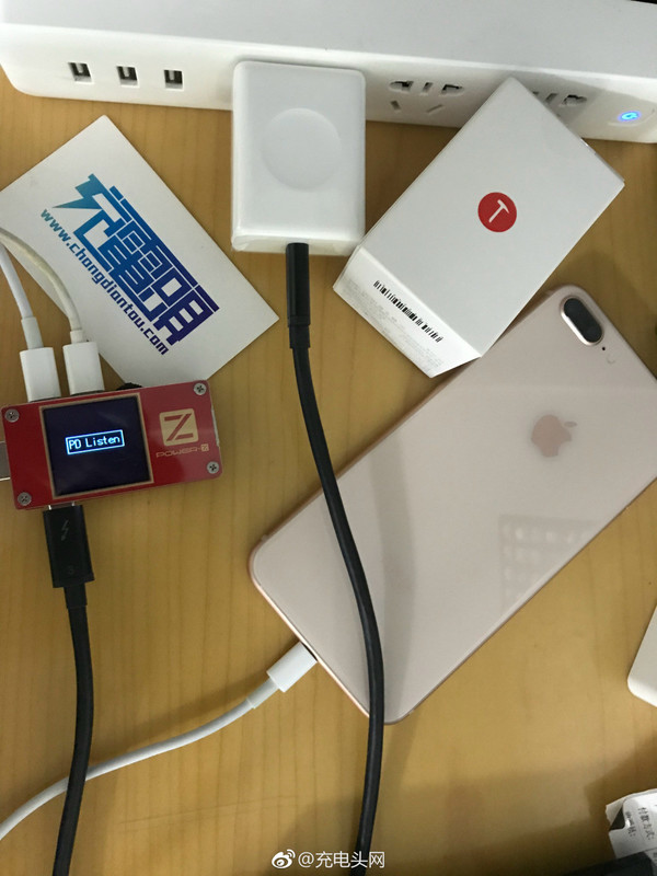 坚果R1原装充电器为iPhone 8 Plus充电