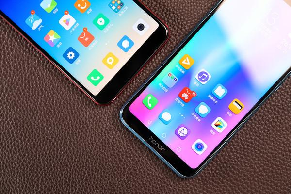荣耀9i和小米6X(左)   屏幕上方的元器件排布显示出两款手机的用心,小米6X的自拍镜头和闪光灯沿听筒左右排列,荣耀9i在有限的刘海区域也放入了一枚圆形听筒,和摄像头在一起更为协调。   将手机翻个面,荣耀9i和小米6X依然有着各自鲜明的设计语言。小米6X采用成熟的全金属一体式设计方案,天线、指纹键和机身的色差较小,带来了统一的视觉观感;荣耀9i则延续了自家颇为在行的玻璃机身设计,2.