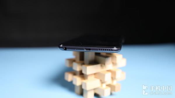 糖果翻译手机S20底部保留了3.5mm接口