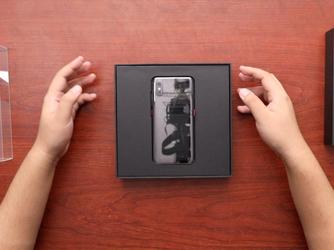 小米8探索版首发开箱 透明露背美翻了