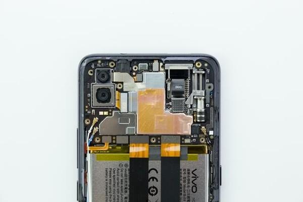 vivo  nex的主板上有着一块塑料保护盖,用来固定,保护插口与电子元件.