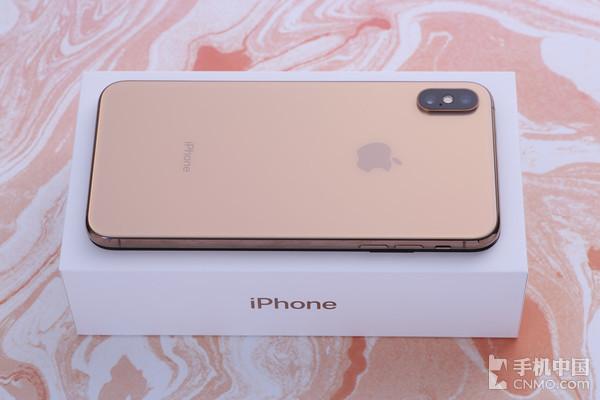 iPhone XS Max   作为业界领先的厂商,苹果对于iPhone手感的打磨无疑是很出色的。即使是iPhone XS Max搭载了一块6.5英寸的大屏,其整机大小也与去年的iPhone 8 Plus大小几乎相当,单手握持不会感到费力。同时配合曲面与圆角的使用,在视觉效果方面也做得十分出色。