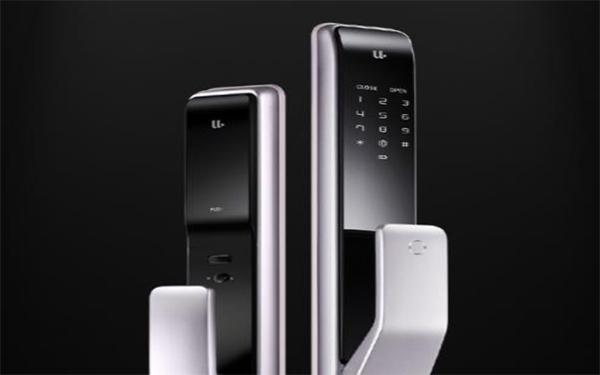 优点M2全自动推拉锁   优点M2采用了全自动推拉设计,指纹识别后,门锁自动打开,无需自己再次按压把手,轻轻一推门便会打开,为负重开门的用户提供了极大的方便。优点M2采用了不锈钢三防锁体,随手关门的同时也会立即自动反锁,省去了普通智能门锁的提拉反锁或用钥匙繁琐的不必要操作,如果门没有关好,它还会告警提醒。在室内把手侧,还搭载了一个Close键,单击上锁、双击开锁,长按电子反锁,让你的家更安全。