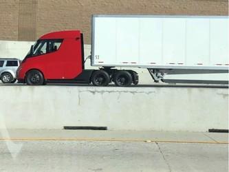 红色特斯拉电动卡车原型在野外被发现