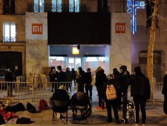 小米法国巴黎店铺开业 铁杆米粉凌晨3点便开始排队