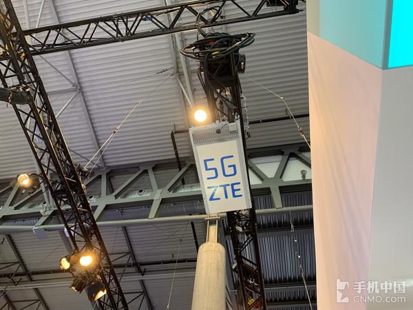 展台现场布置5G网络使用的中兴基站