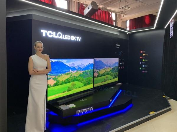 展示区的TCL X10 QLED 8K TV