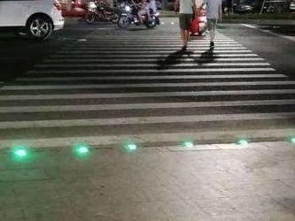 韩国在十字路口安装警示灯 提示低头族注意交通安全