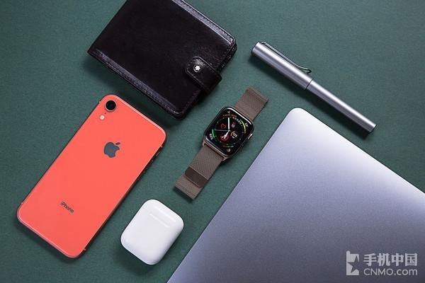 配备米兰尼斯表带的Apple Watch Series 4