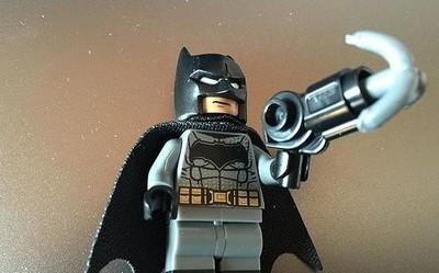 嫌犯哪里逃!美国警察化身蝙蝠侠 用抓钩枪实施抓捕