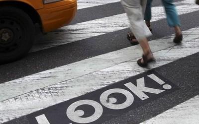 眼不离机太危险!纽约或将立法严格管控低头族过马路