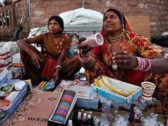 印度一村庄出新规:未婚女性禁用亚博国际娱乐平台 女大学生除外