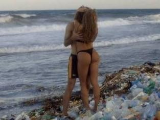 """Pornhub推出史上最""""脏""""色情片 在垃圾堆里翻云覆雨"""