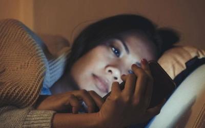 全球首例!少女每天玩手机10小时变色盲 看完放下手机